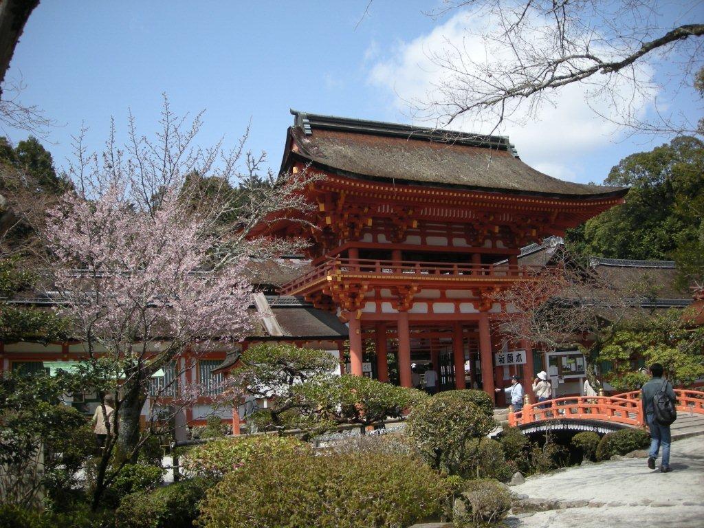 20110410_217 下の写真は、上賀茂神社の門前の様子です。「上賀茂社家町」と呼ばれる神官